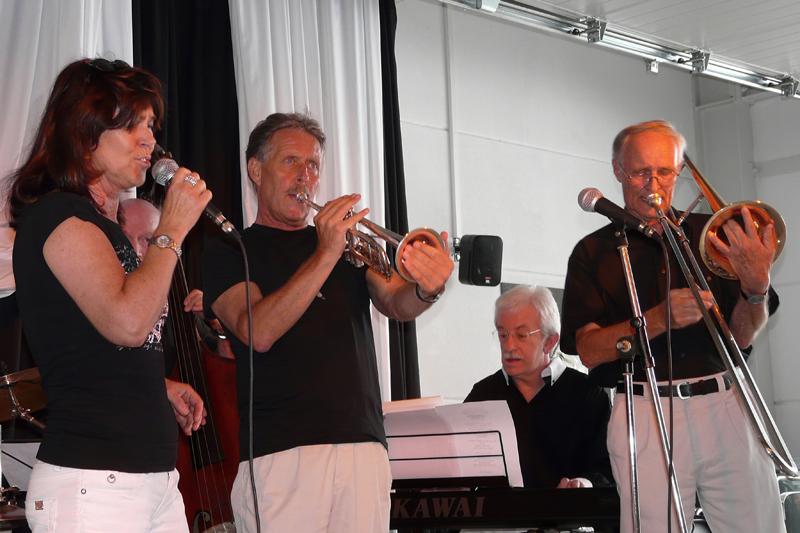 Die Jazzband (Ausschnitt) mit der Sängerin bei QQTec in Hilden
