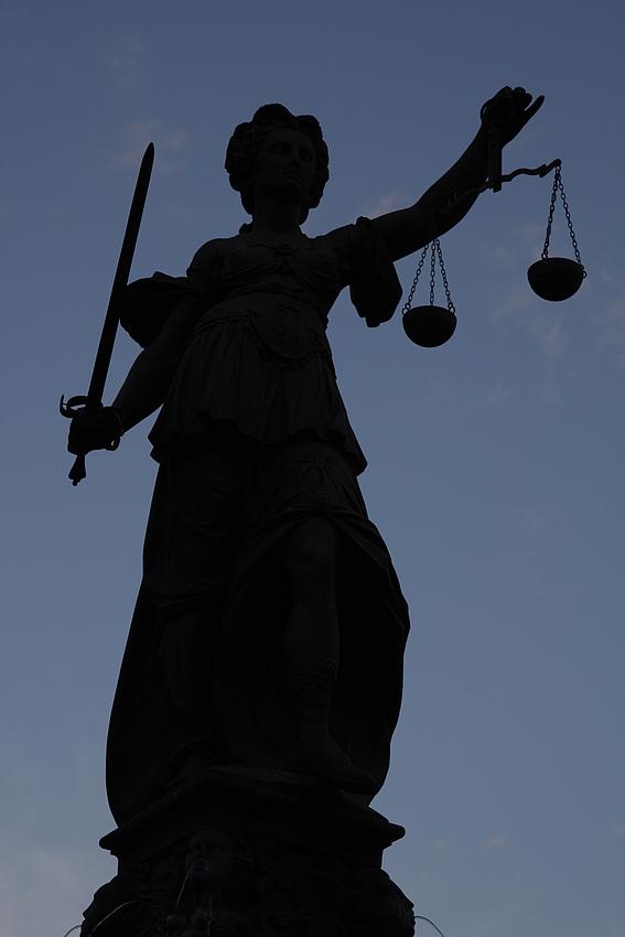 """Die Justitia als """"Scherenschnitt""""..."""