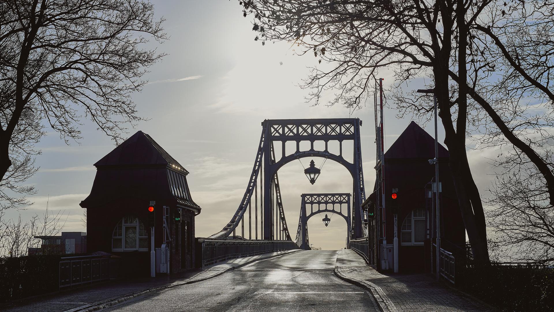 Die Kaiser-Wilhelm-Brücke in Wilhelmshaven im Gegenlicht