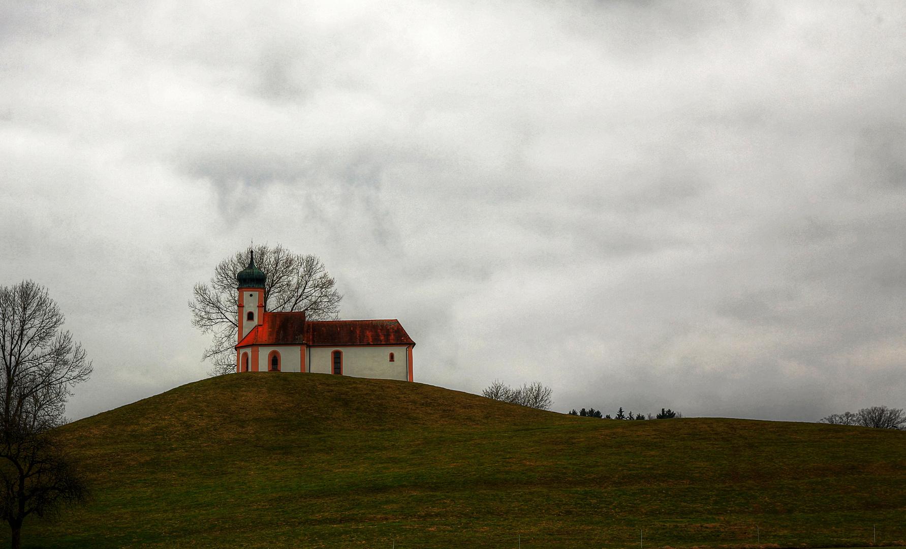Die Kirche auf dem Berghügel
