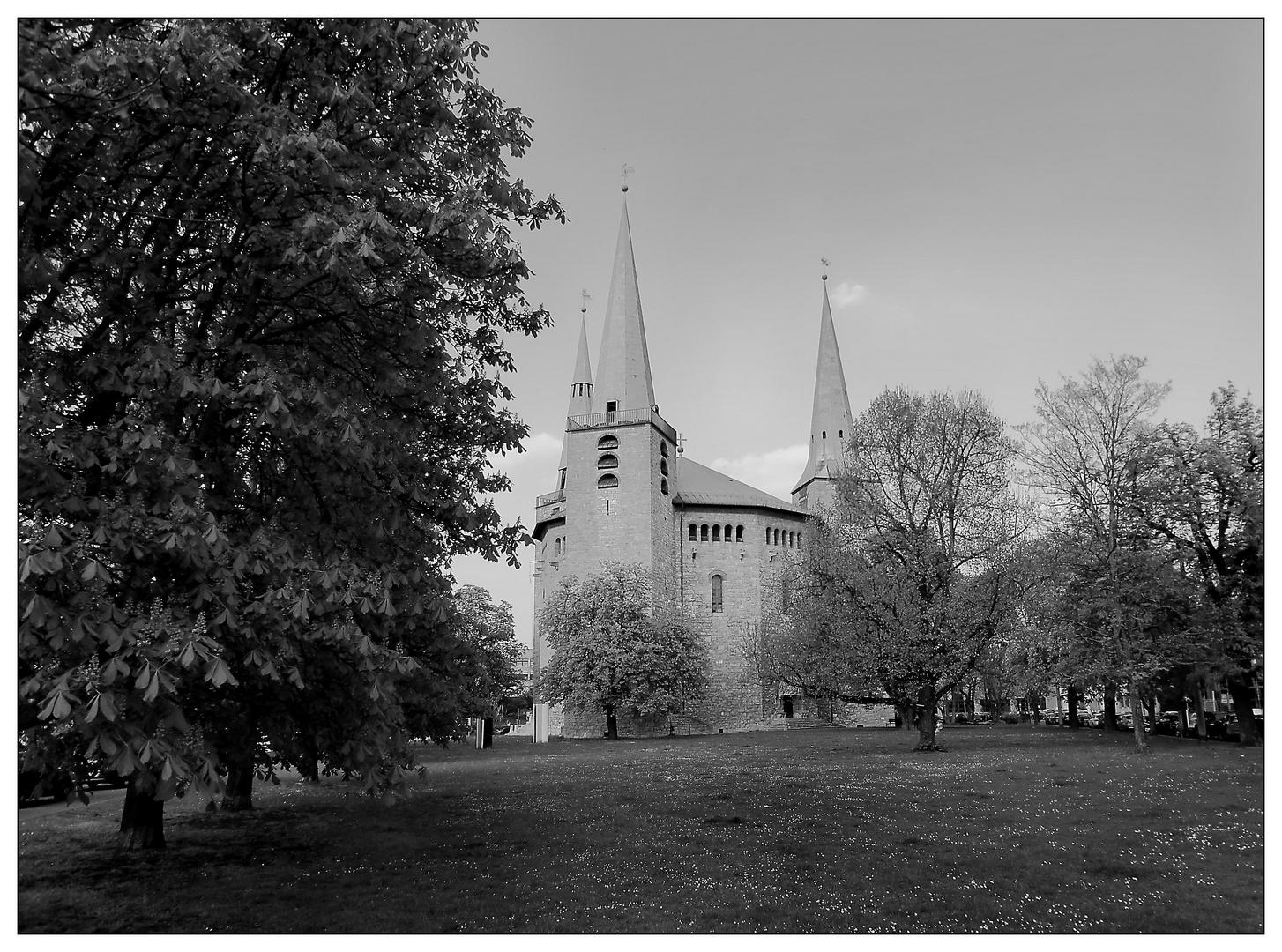 Die Kirche mit drei gleichartigen Türmen