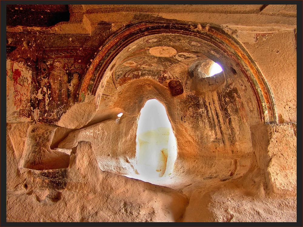 die Kirchen Kappadokiens (in einer Tuffsteinwand rund 10m über dem Talboden)
