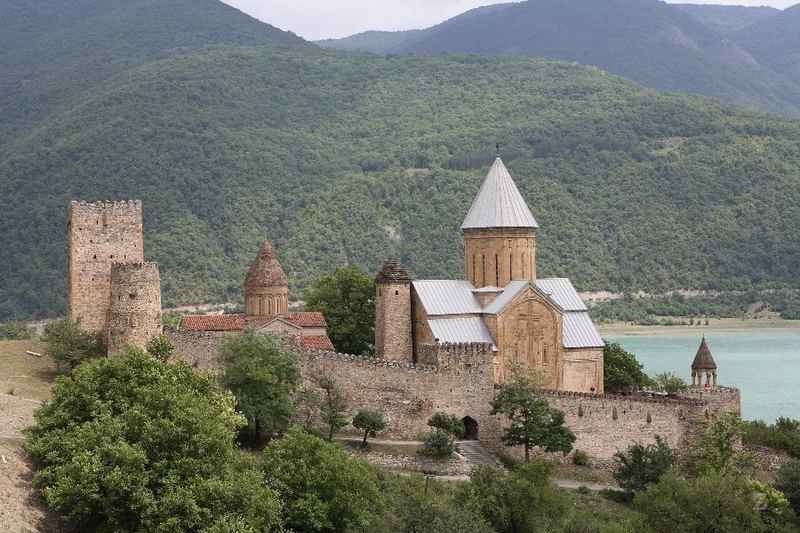 die Kirchenfestung Ananauri aus dem 17. Jahrhundert - Georgien