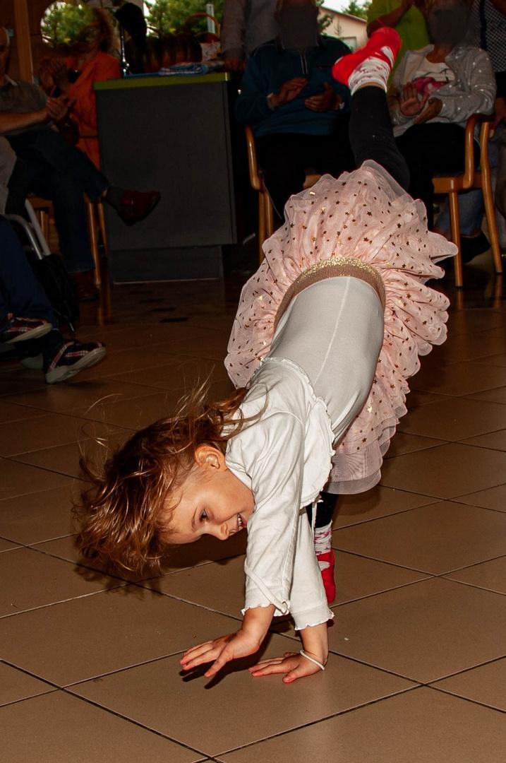 Die kleine Ballerina - sie lacht beim Radschlagen