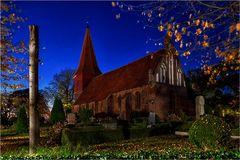 Die kleine Dorfkirche in Altefähr auf der Insel Rügen