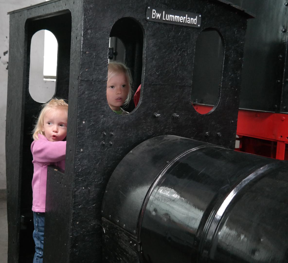 Die Kleine simuliert die Dampflokpfeife perfekt.