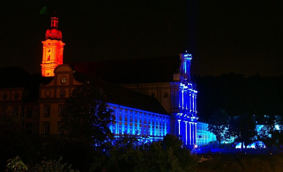 Die Klosterkirche in blau und rot