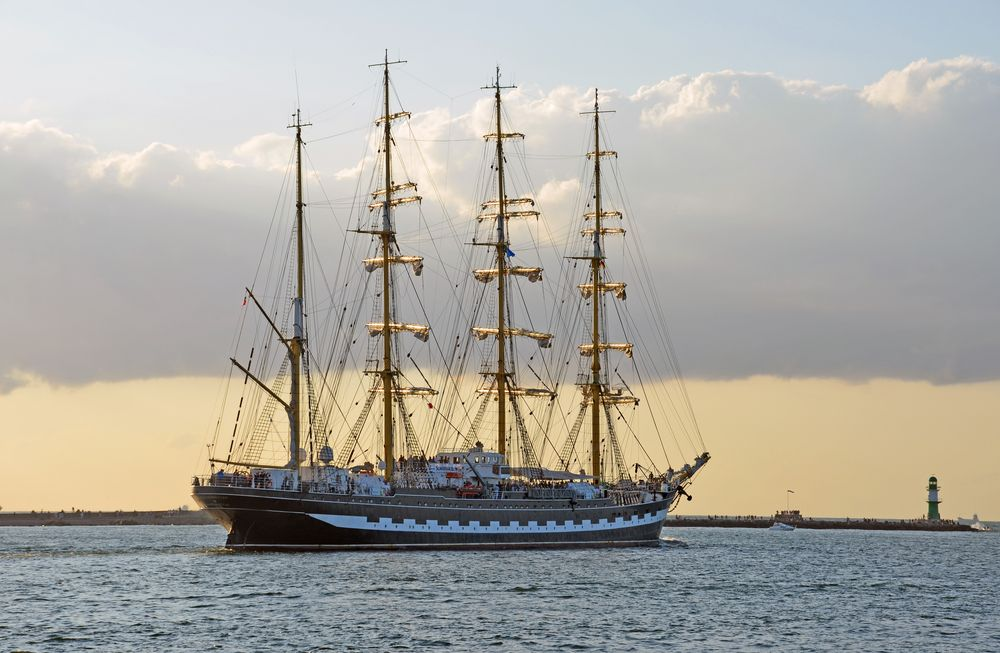 """Die """"Krusenstern"""" beim Auslaufen von Warnemünde zur Hanse Sail 2014"""