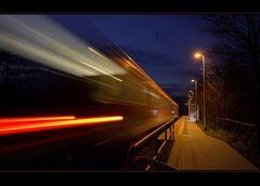 Die Lahntalbahn rauscht durch Oberndorf