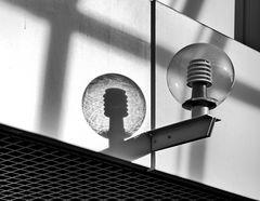 Die Lampe wirft Schatten