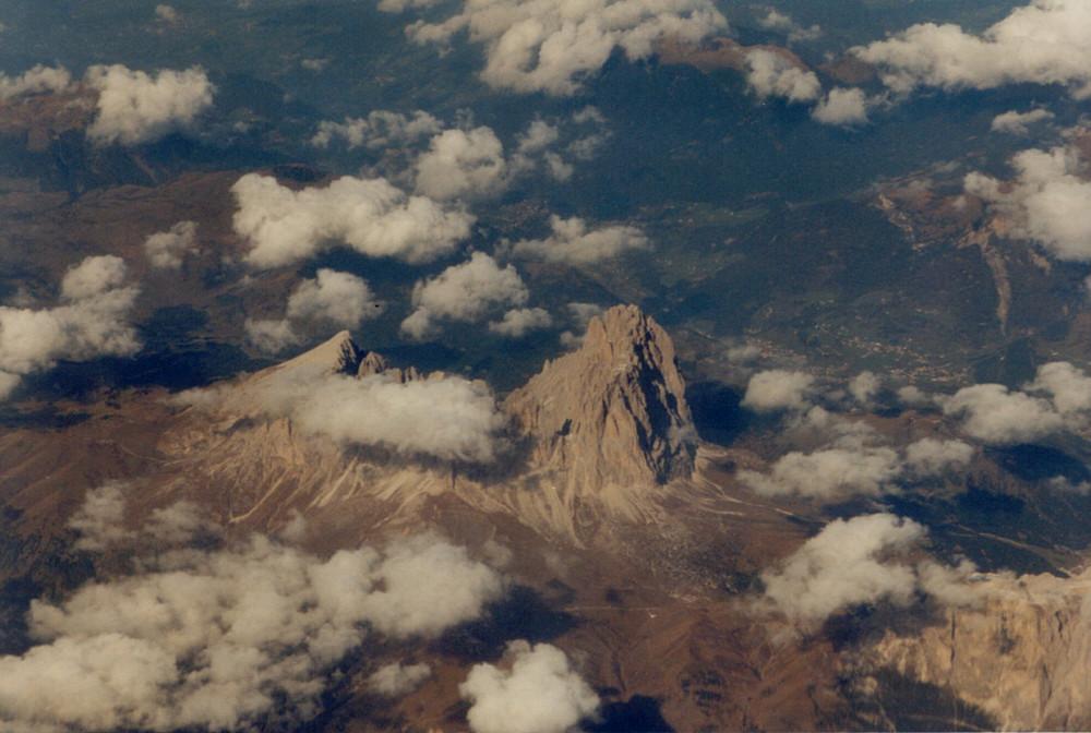 Die Langkofelgruppe in den Dolomiten aus 10.000 m gesehen