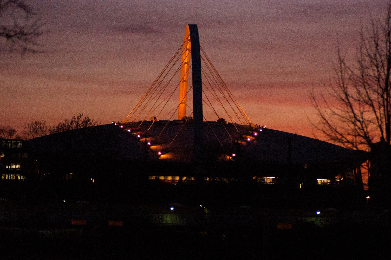 Die Lanxess Arena bei Nacht