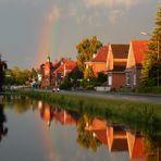Die letzten Sonnenstrahlen des Tages zaubern einen Regenbogen