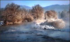 Die Loisach frühmorgens im Winter