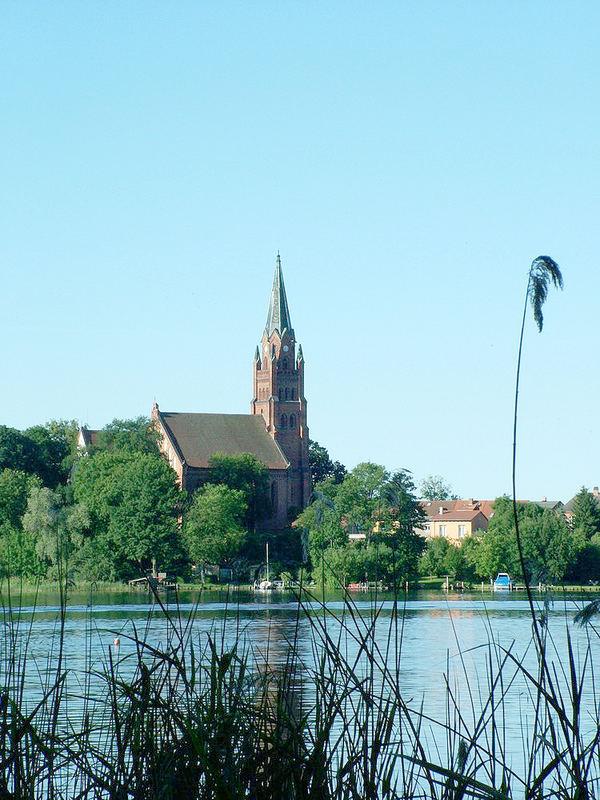 die Marienkirche in Röbel direkt am Ufer der Müritz