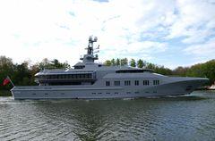 Die Megayacht M. Y. SKAT auf dem Nord-Ostsee-Kanal