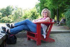 ...Die mit dem roten Stuhl...