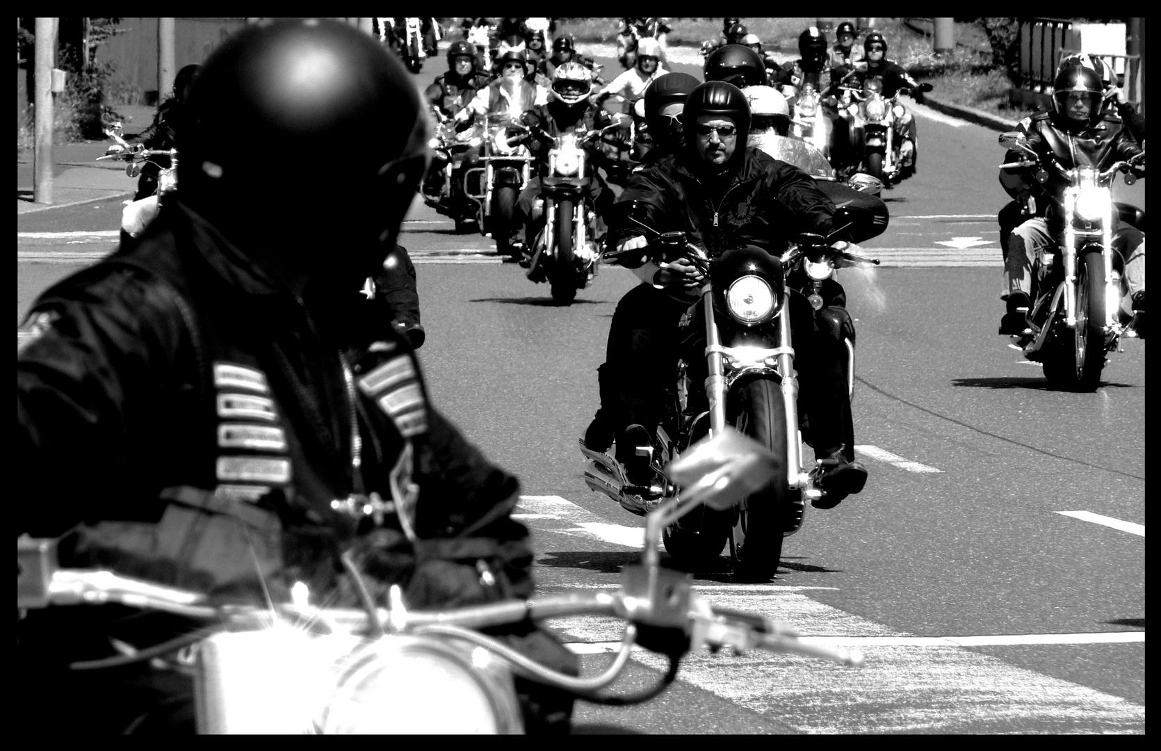 Die Motorradsaison 2010 beginnt - Motorradgang - Einer für alle