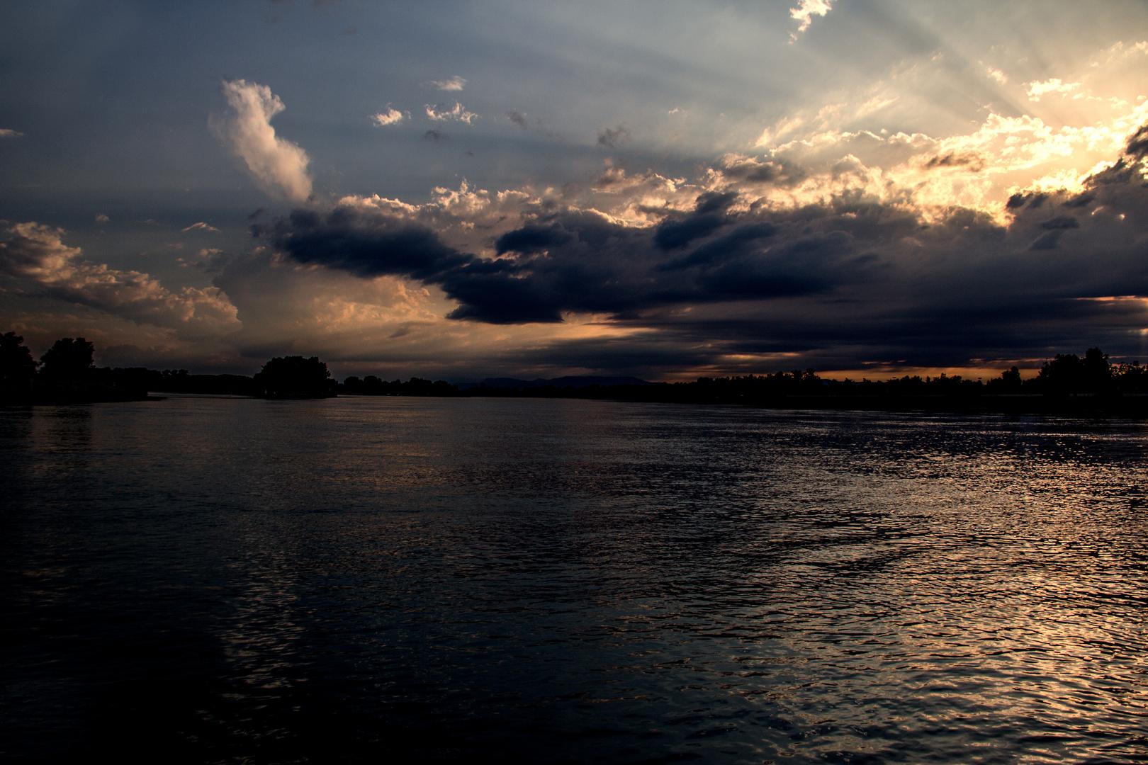 Die Nacht neigt sich auf den Rhein..