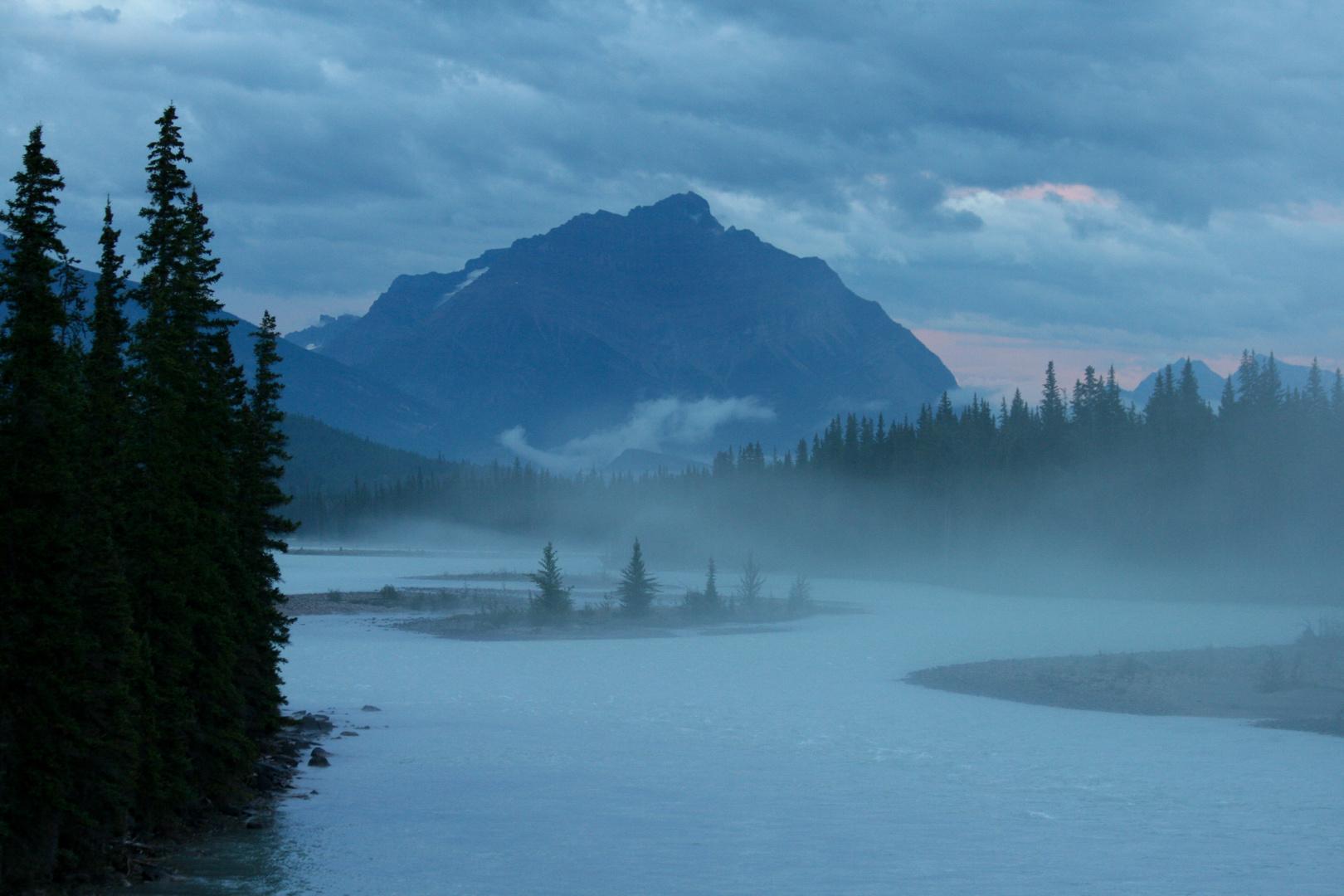 Die Nacht zieht auf über Jasper, Alberta, Canada