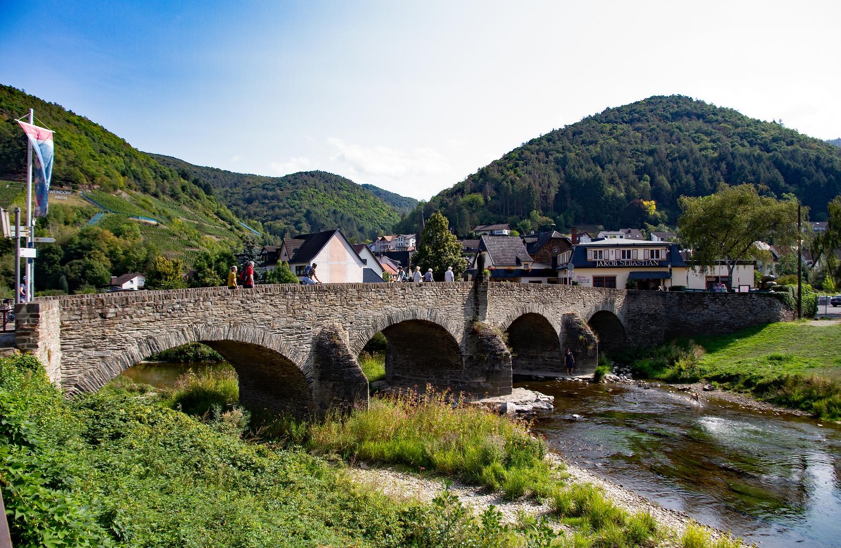 Die Nepomuk-Brücke in Rech