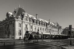 Die neue Straßenbahn vor dem ehemaligen Arbed-Verwaltungsgebäude in Luxemburg