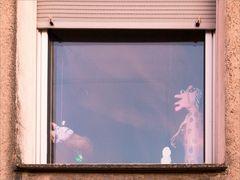 Die neugierige Schwiegermutter am Fenster