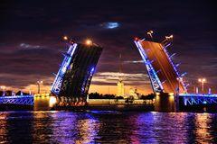 Die offene Palastbrücke von St. Petersburg im blauen Licht