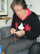 Die Oma strickt Socken