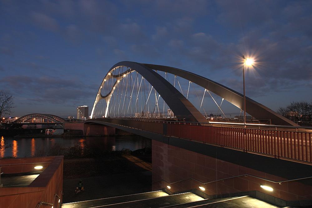 Die Osthafenbrücke in Frankfurt/Main