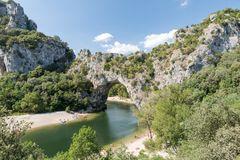 Die Pont d'Arc ist eine natürliche Steinbrücke über den Fluss Ardèche