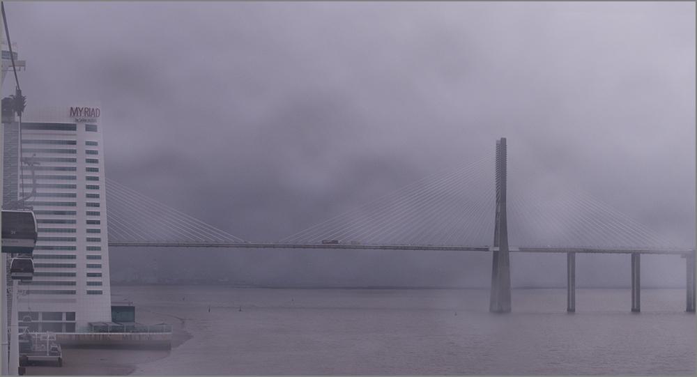 Die Ponte Vasco da Gama bei Nebel und Regen ohne Fogi