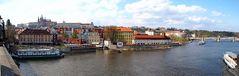 Die Prager Burg über der Moldau