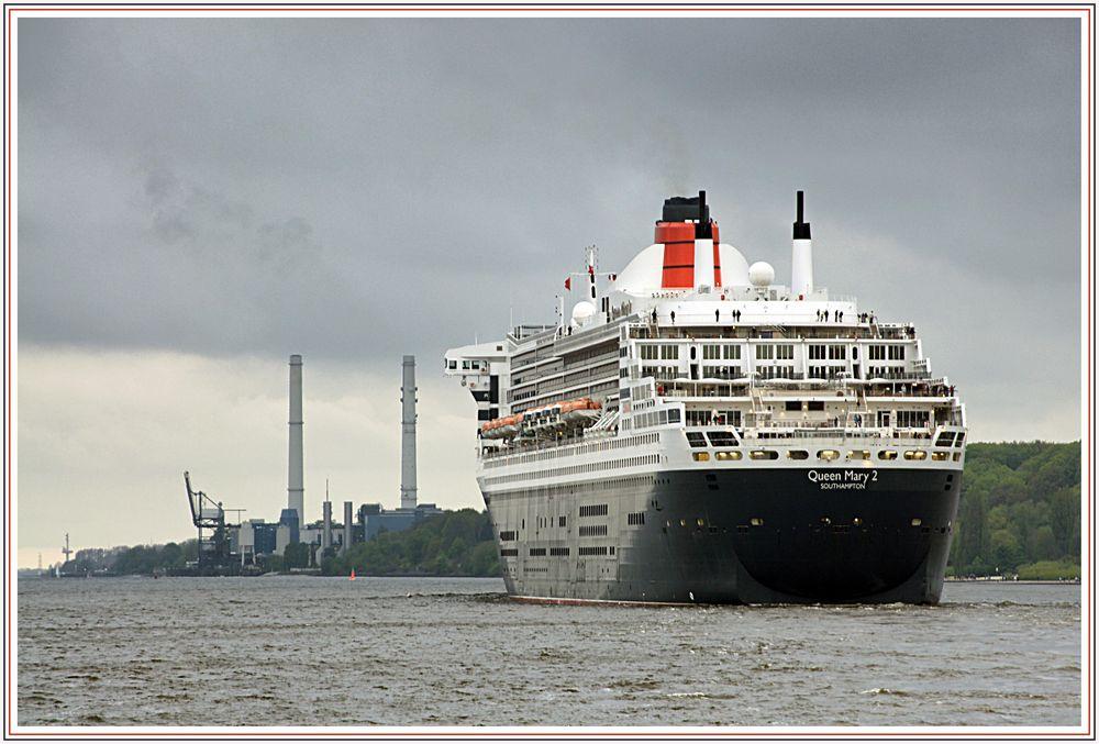 Die Queen Mary II vor Wedel.