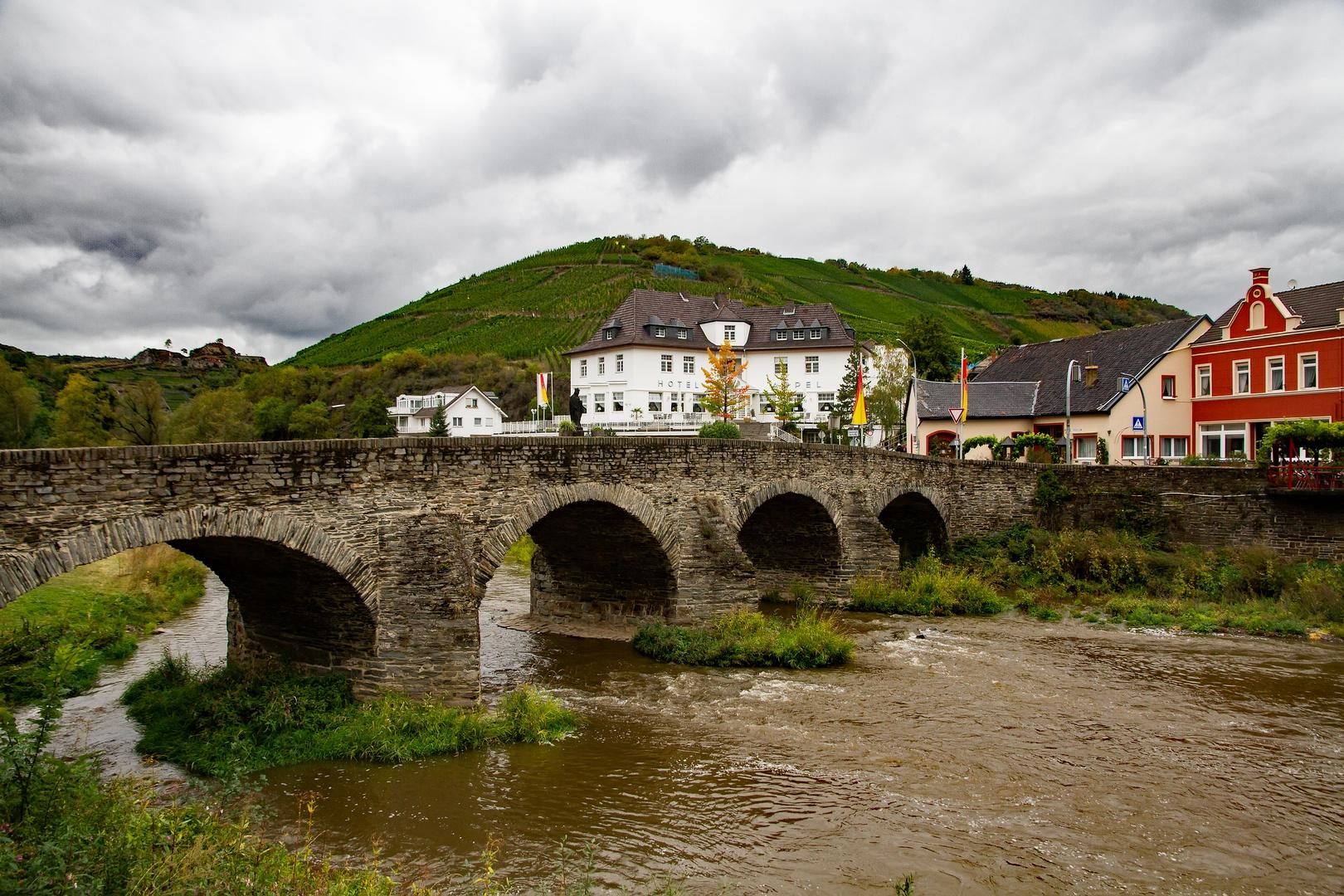 Die Recher Nepomuk-Brücke führt über die Ahr