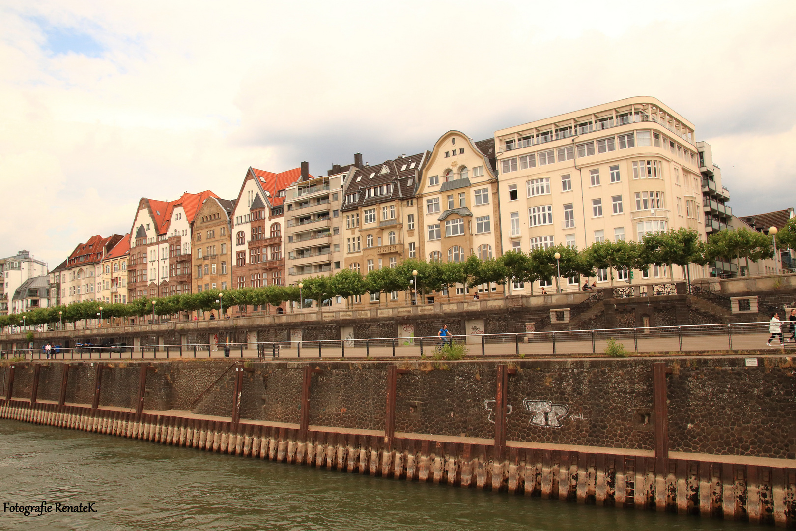 Die Rheinpromenade in Düsseldorf vom Schiff aus gesehen