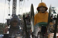 Die Riesen in Berlin: Vorbeifahrt am Reichstag
