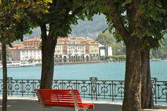 Die rote Bank am See