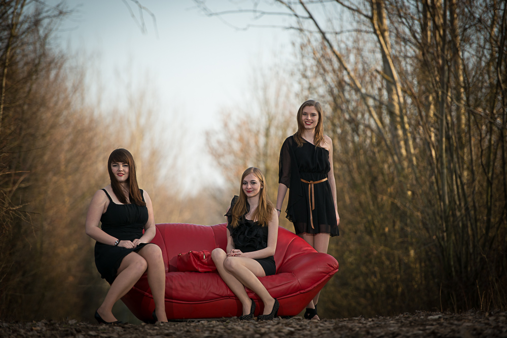 die rote Couch im Wald