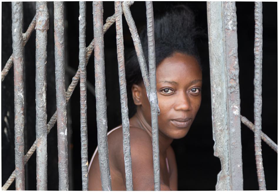 Die Schöne hinter Gittern