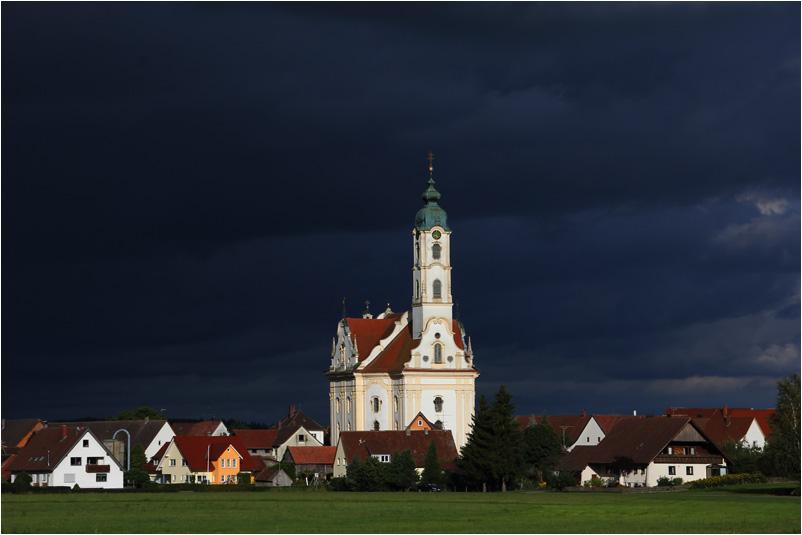 die schönste Dorfkirche der Welt mit Weltuntergangsstimmung
