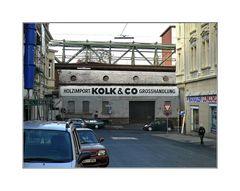 ... die Schwebebahnschienen strecken sich zwischen den Häusern (vorbei der Kaiserstraße 29)