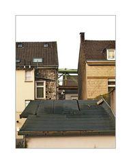 ... die Schwebebahnschienen verstecken sich zwischen den Häusern (über der Kaiserstraße)
