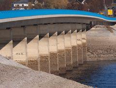 Die schwungvolle Delecker Brücke - nur noch mit den Füßen im Wasser.