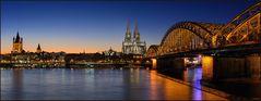 Die Skyline von Köln im Abendrot