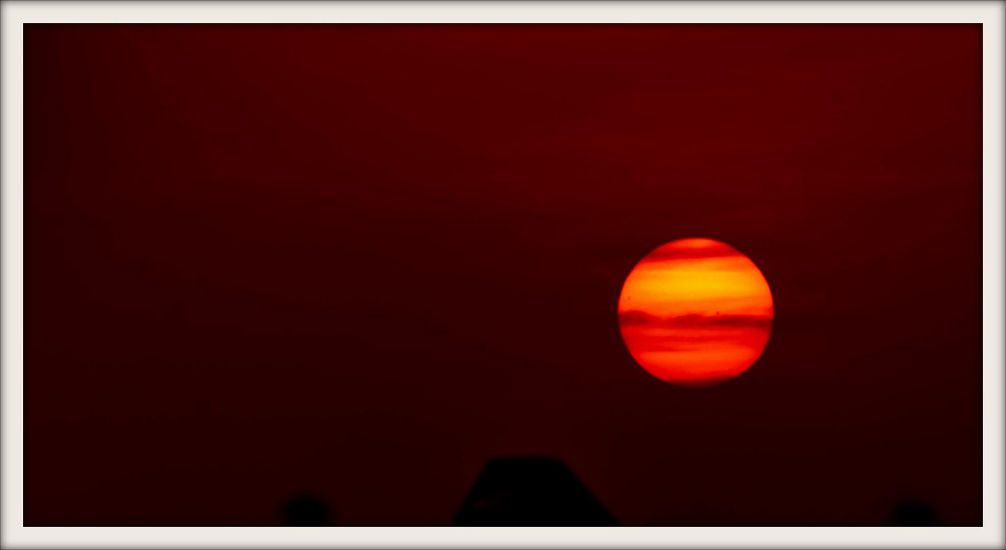 Die Sonne am 19.10.12 gegen 18uhr mit sonnenflecken .