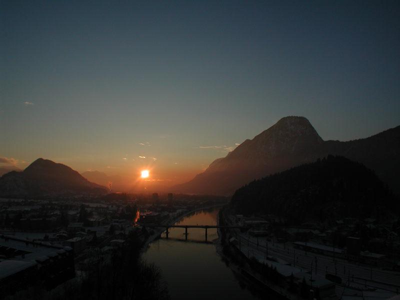Die Sonne, der Fluß und die Berge