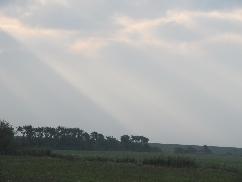 Die Sonne dringt durch die Wolken