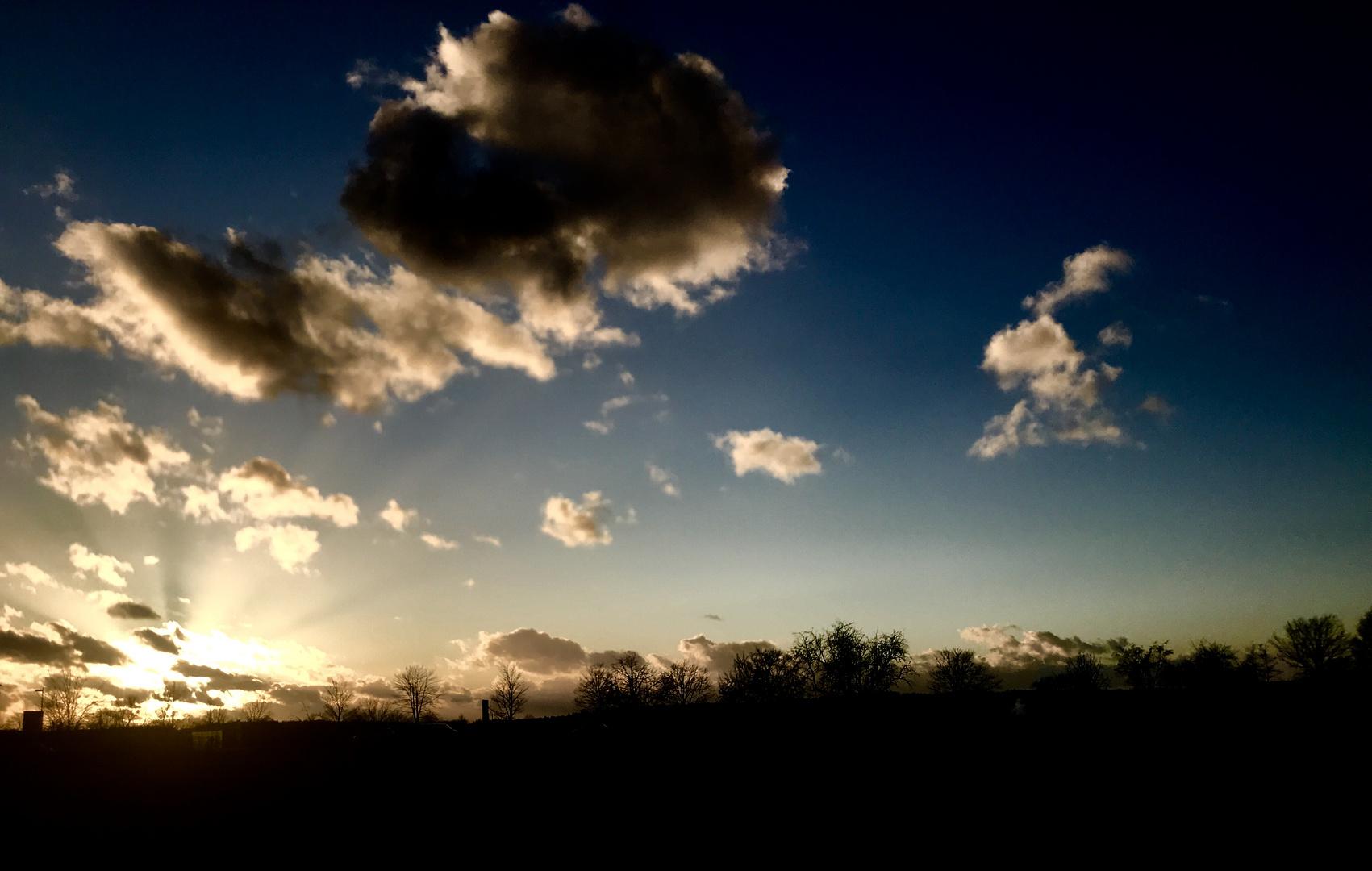 die Sonne flammt noch einmal auf ,
