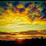 Die Sonne geht unter in großen Farben